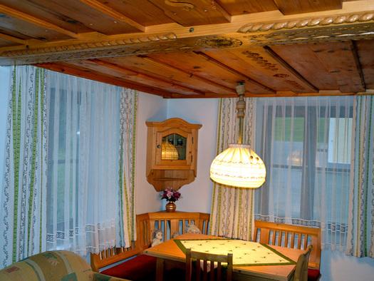 Essbereich, mit Eckbank, Tisch und Stühle, im Hintergrund Fenster, Landhausstil. (© Mairhofer)