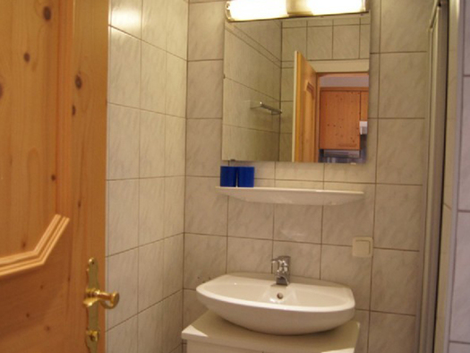 bathroom with sink and a mirror. (© Laireiter)