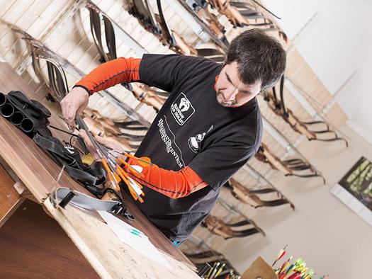 Ausrüstung für traditionelles Bogenschießen. (© Bogensportzentrum Breitenstein)