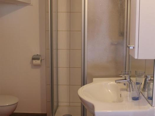 Dusche/WC, Dreibettzimmer (© Bezirksrundschau)