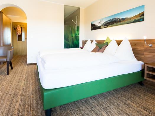 Blick auf das Doppelbett. (© Ellmauer)