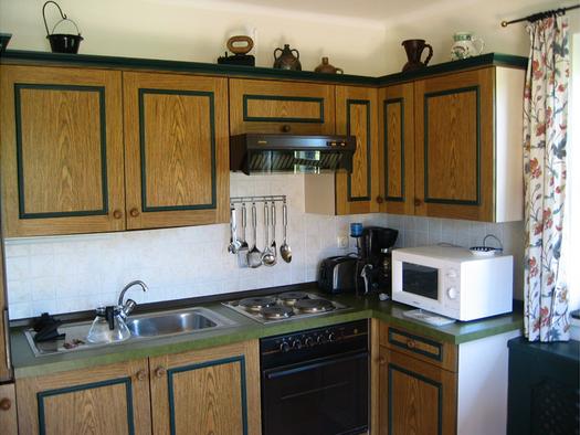 Küche mit Toaster, Kaffeemaschine, Mikrowelle. (© Edtmayer)