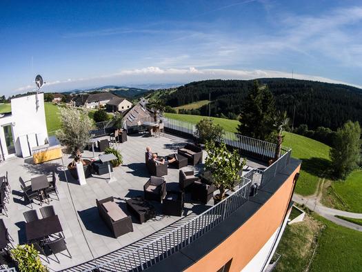 Blick gen Linz von der Terrasse des neu errichteten Hotelkomplexes. (© BenjaminOberneder/LinzerHausberge)