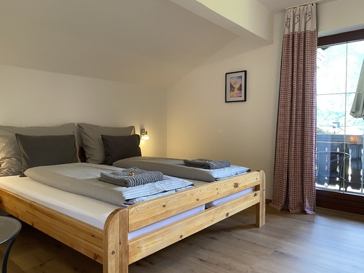 Zimmer 1 Doppelbett. (© Franziska Wigert)