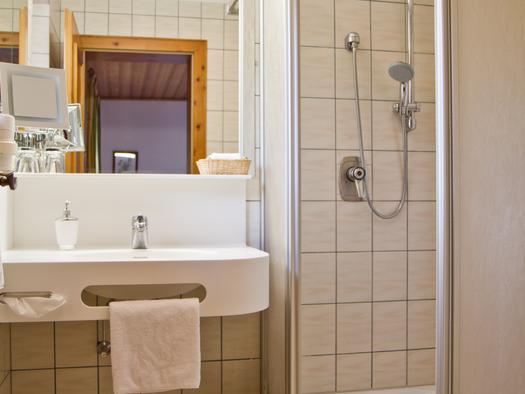 Doppelzimmer Südseite Hotel Bramosen - Bad (© Hotel Bramosen)