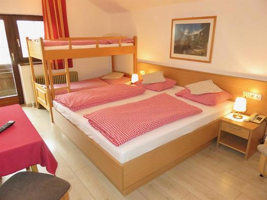 Mehrbettzimmer mit Doppelbett & Stockbett (© Berghof Sturmgut)