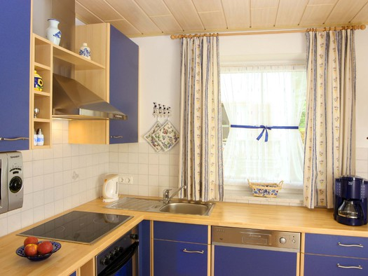 Blaues Appartement Küche. (© Windhager)