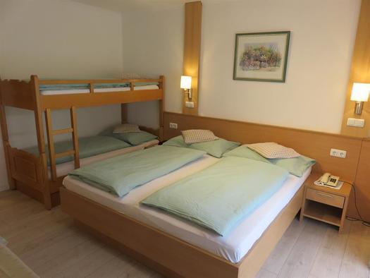 Kinderzimmer mit Doppelbett und Stockbett (© Berghof Sturmgut)