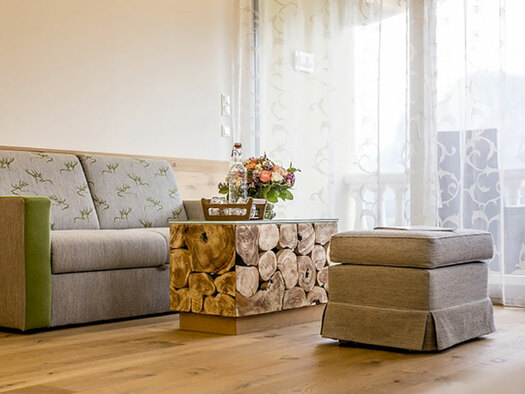 Couch with table and stool. (© Karin Lohberger)