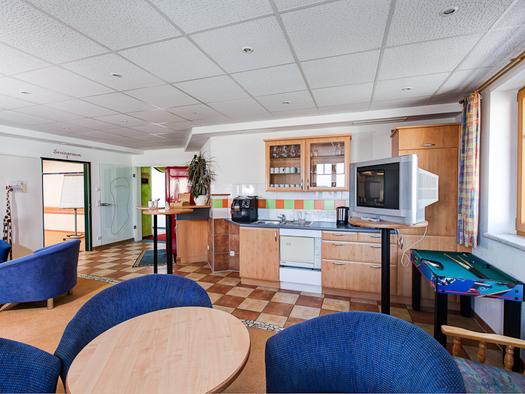 Jeder Seminarraum hat ein eigenes Cafe und Gruppenraum. (© Maurerwirt)