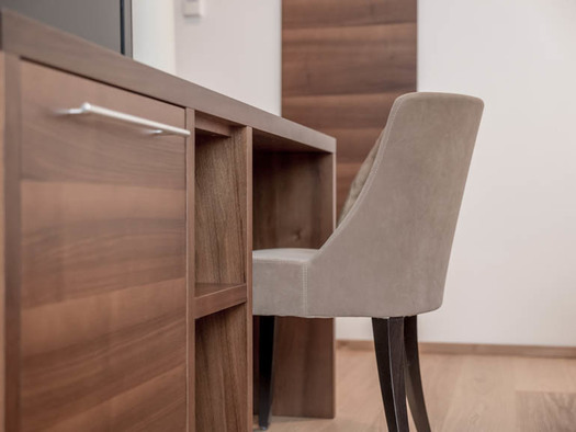 Chest of drawers / table with chair. (© Lackner)