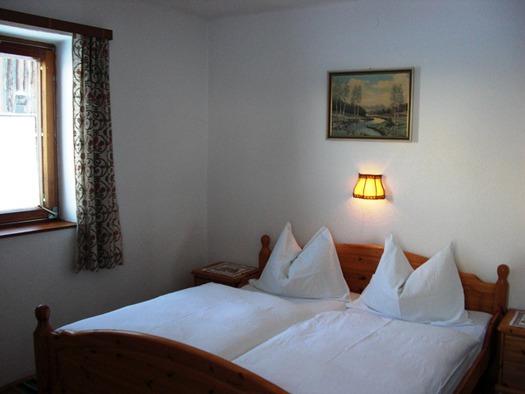 Doppelbettzimmer mit Gitterbett