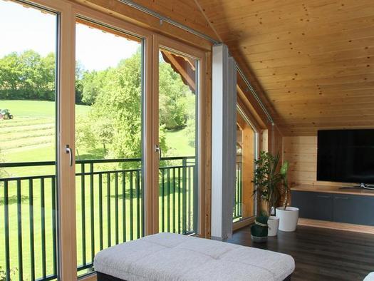 Wohnzimmer mit Panoramablick (© Hermann Hanetseder)