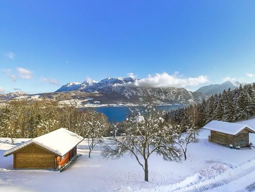 Winter ...Blick aus der Ferienwohnung zum Attersee &. Höllengebirge (© Andreas Graf)