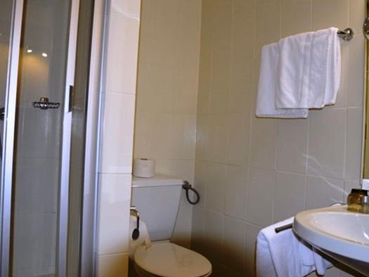 Badezimmer mit Waschbecken, Toilette, Dusche. (© Pöllmann)