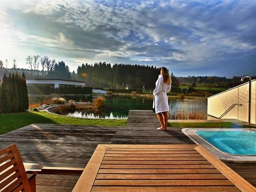 Blick über die Terrasse mit Badesteg auf die Badebucht des Naturteiches