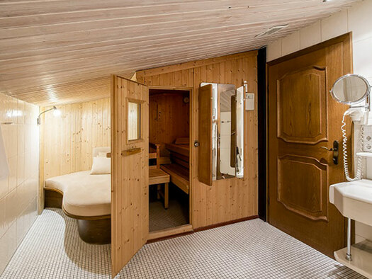 right lavatory with mirror and hairdryer, view into the sauna and the daybed, right towels. (© Karin Lohberger)