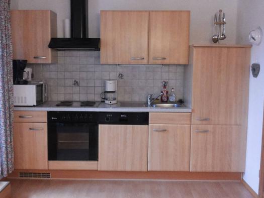 kitchen with cooker, dishwasher, coffee machine, micro wave, kettle, sink. (© Spielberger)