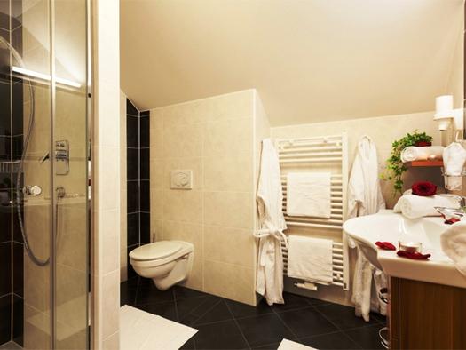 Badezimmer mit Dusche, Toilette, Handtuchtrockner, Waschbecken. (© Stabauer)
