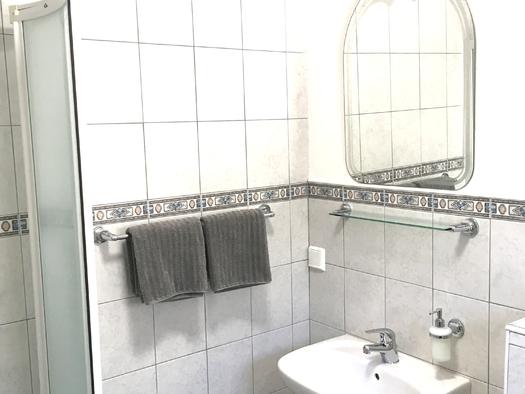 Zimmer 4 Badezimmer Teilansicht. (© Thomas Wigert)