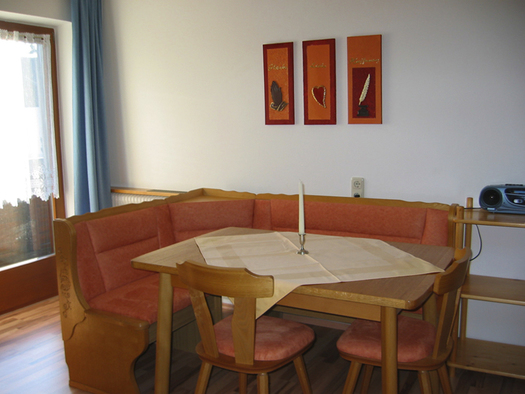 Dining area with corner bench, table and chairs. (© Winter)