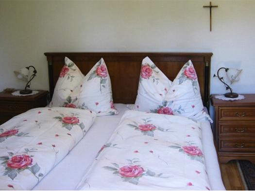 Schlafzimmer mit Doppelbett, Nachtkästchen. (© Edtmayer)