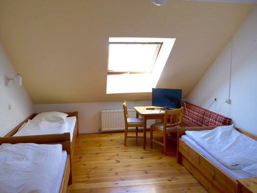 Mehrbettzimmer (© Gästehaus Schloss Riedegg)