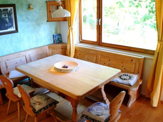 Eckbank mit Tisch und Stühle, im Hintergrund ein Fenster. (© Riess)