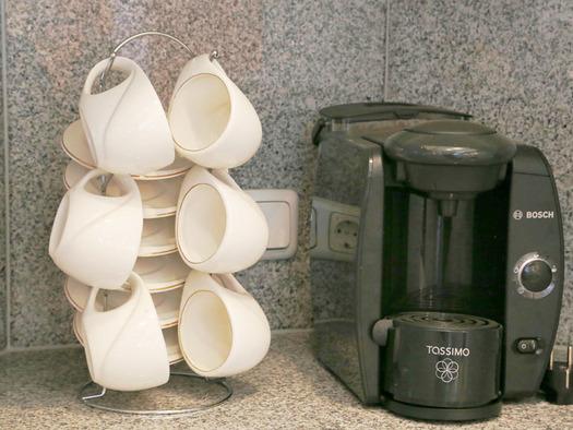 Kaffeemaschine, Tassen. (© Familie Radauer)