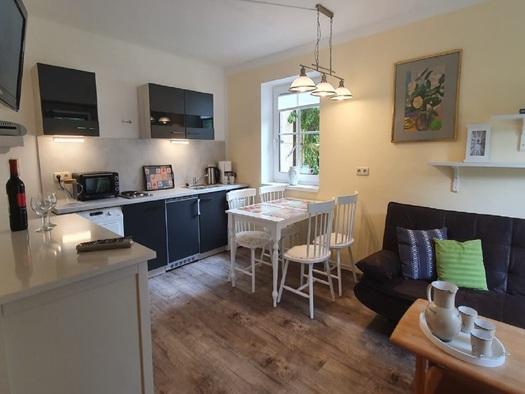 Neu eingerichtete Ferienwohnung mit voll ausgestatteter Küche und gemütlicher Sitzgelegenheit. (© Gabriele Untersberger)