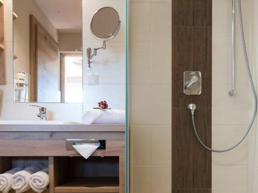 Bad mit Dusche, Waschtisch und Spiegel. (© www.mondsee.at)