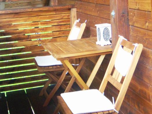Balkon mit Tisch und Stühle. (© Schafleitner-Kroiß)