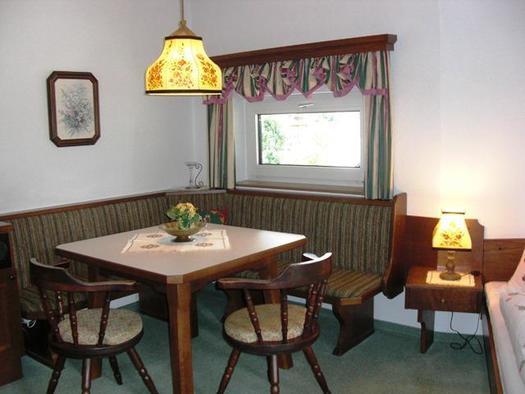 Sitzecke und kleiner Kühlschrank im Familienzimmer