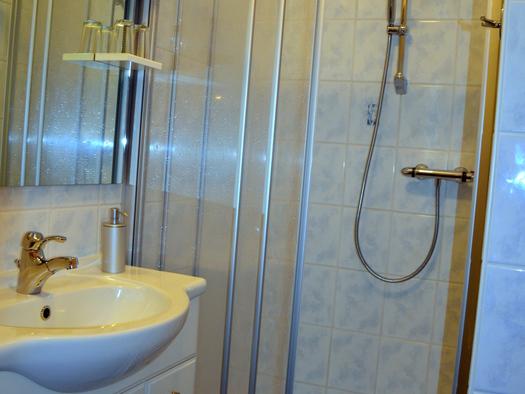 Bad mit Dusche und WC, Fussbodenheizung (© Jung)