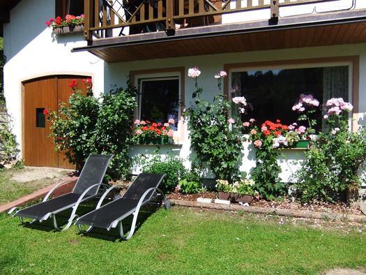 Sonnenbad vorm Haus
