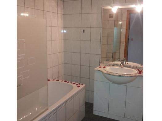 Badezimmer mit Badewanne, im Hintergrund ein Waschbecken. (© Spielberger)