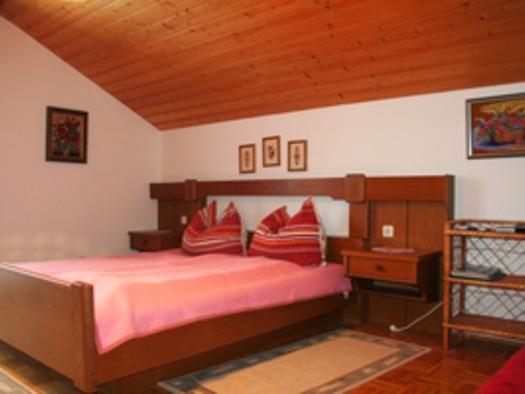Rotes Zimmer Bett. (© Familie Ebner)
