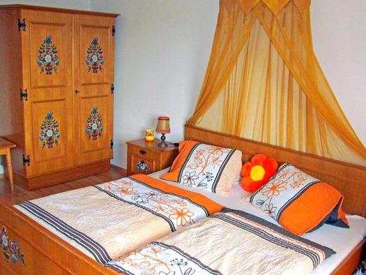 Schlafzimmer mit Doppelbett und Kleiderschrank im Hintergrund. (© Gästehaus Horizont)