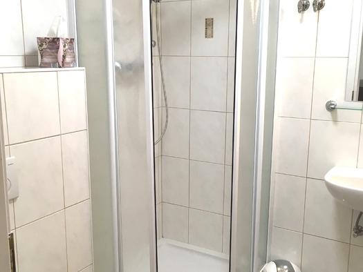 Zimmer 1 Dusche. (© Thomas Wigert)