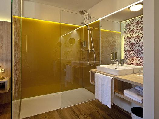 modernes Badezimmer mit Dusche und Waschbecken. (© Schloss Mondsee)