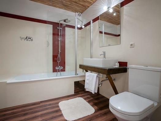 Familienzimmer `Alte Post` Badzimmer Variante 2 (© Hotel Alte Post)