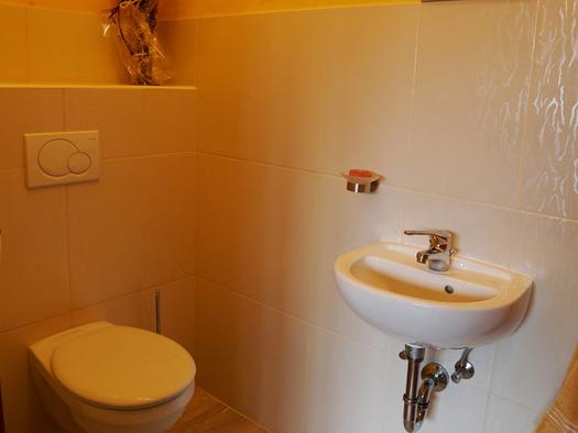 Toilette, Waschbecken. (© Familie Radauer)