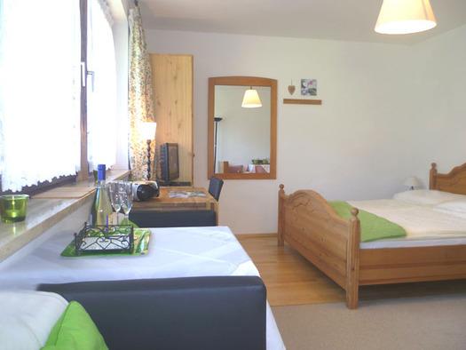 Doppelzimmer mit Kochnische und Balkon. (© Familie Laimer)