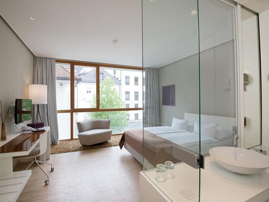 Hell, charmant und freundlich. Blick Richtung Stadt.Dusche / WCca. 25m2. (© Hotel am Domplatz GmbH)