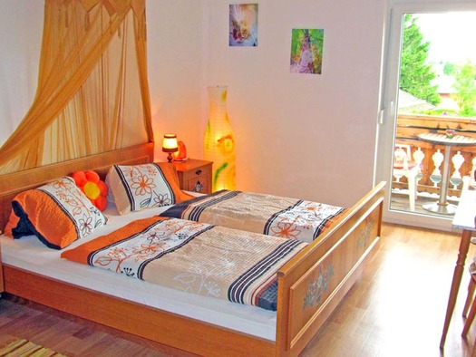 Schlafzimmer mit Doppelbett. (© Gästehaus Horizont)