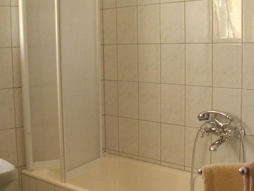Badezimmer mit Badewanne. (© Stabauer)