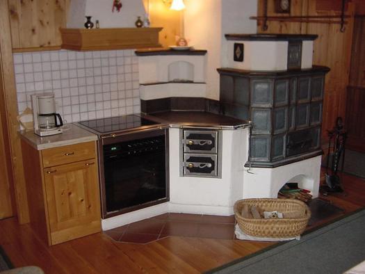 Kachelofen in der Küche (© Bio-Blockhaus Koglerhütte)