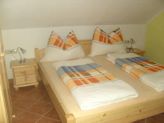 Ferienwohnung `Enzian` - Schlafzimmer. (© seekda)