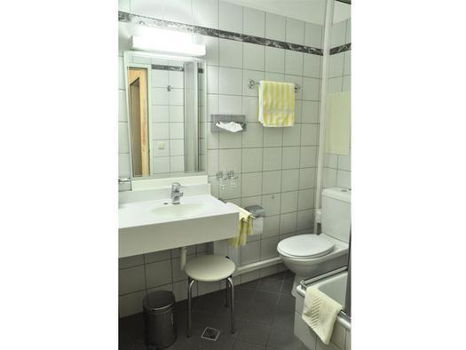 Badezimmer mit Dusche u. WC