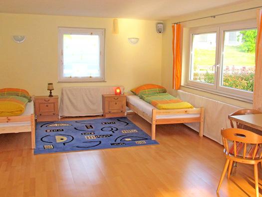 Schlafzimmer - mit zwei getrennten Betten,oder Doppelbett möglich. (© Gästehaus Horizont)